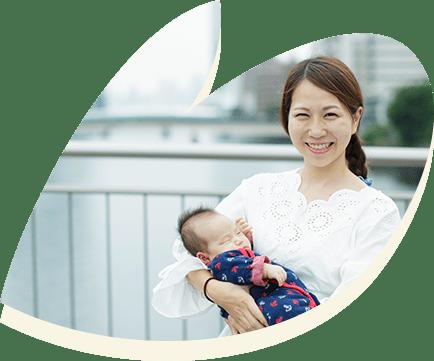 赤ちゃんを抱っこするお母さんの写真